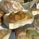 Pão de damasco na sua forma de assar de madeira