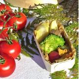 Frios e frutas servidos em cesta de madeira