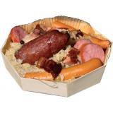 Chucrute com salsicha de Morteau no seu prato de madeira