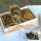 Mini-bolos em bandeja de madeira e embalagem forneável