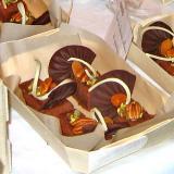 Deliciosa sobremesa de chocolate e nozes na sua cesta de madeira