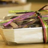 Sortido de chocolates e amêndoas na sua caixa para chocolates