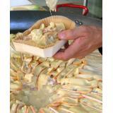 Tartiflette assada na sua travessa de madeira